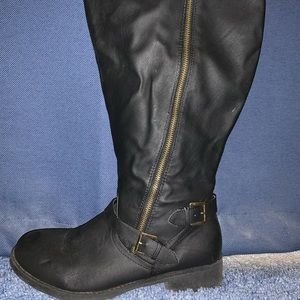 I am selling black winter boots!